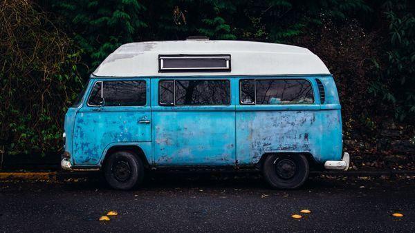 auto caravana azul foto gratis de Unsplash